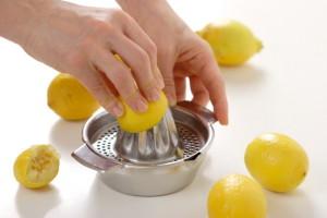 Lighten skin naturally with lemon juice home remedies